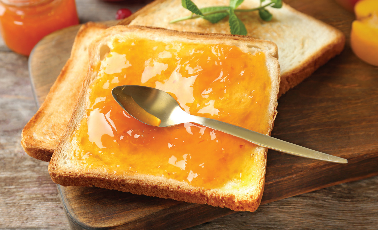 식빵에 플럼코트잼을 바른상태의 이미지